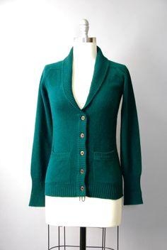 Absolute PERFECTIE 1970 sjaal kraag vest gemaakt van zuiver kasjmier met geribde taille en manchetten, lange mouwen, bruin getextureerde knoppen aan de voorzijde, twee functionele hip zakken en groot stad down Shawlkraag. Bekleed. Zoals het dragen van een wolk!  voorwaarde: uitstekend, vers schoongemaakte en klaar om te dragen Label: Simpson Piccadilly materiaal: zuiver kasjmier  ---✄---Metingen---✄--- Bust: 36 in Taille: 30 in schouder: 16 in lengte: 25 in passen: kleine tot middelgrote  ➸…