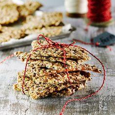 Helppo siemennäkkäri on maukas ja rapea. Näkkileipä sopii gluteenittomaan ruokavalioon, kun käytät leivonnassa puhtaita kaurahiutaleita. Vegetarian Recipes, Healthy Recipes, Healthy Breads, Healthy Food, Finnish Recipes, International Recipes, Pain, I Foods, Bread Recipes