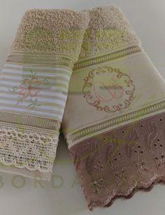 A combinação de marrom e rosa queimado dá um charme e suavidade no jogo de toalhas de banho e rosto.