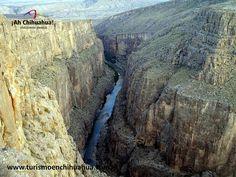 Muy cerca de la Ciudad de Ojinaga, se encuentra en la zona desértica un lugar espectacular el Cañón de Pegüis. Tiene entre sus paredes algunas pinturas rupestres y un imponente mirador. Cuenta con paredones de hasta 300 metros de alto y formaciones de roca gigantescas El acceso más rápido y directo es a través del pueblo El Álamo o se puede llegar al cañón remando a través del cauce del Río Conchos, desde Coyame del Sotol. Ven a Chihuahua y conoce este majestuoso lugar…