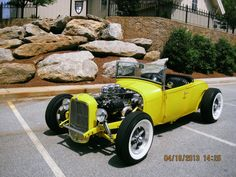 If you love cars from the 30s, but at the same time desire to have a fair amount of horses… In that case, surely you know the two magic words: hot rod. And we bring you one of them today: 1932 Ford Roadster!