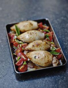 Calamars farcis Videz les calamars, coupez les tentacules en petits dés. Faites revenir 12 tomates cerises coupées en petits morceaux dans 2 c. à soupe d'huile d'olive, salez et poivrez,laissez cuire 5 à 8 mn. Lavez, séchez et hachez menu les herbes. Coupez la mozzarella en dés aussi petits que possible, poivrez-les au moulin. Mettez le tout dans un saladier, ajoutez les tentacules, mélangez bien pour obtenir une farce, rectifiez l'assaisonnement. Farcissez les calamars avec la préparation…