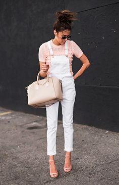 Street style look com macacão branco, blusa bege e sandália nude.