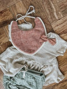 Cleo reversible drool bib & redwood linen fabric bow from billy bibs Baby Girl Fall Outfits, Little Girl Outfits, Baby Outfits Newborn, Kids Outfits, Well Dressed Kids, Billy Bibs, Bohemian Baby, Baby Gown, Fall Baby