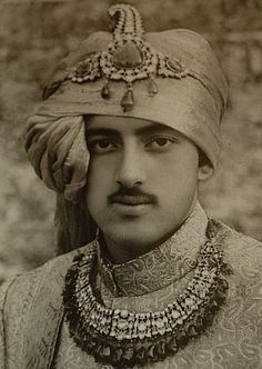 Pictures and Portraits from Royal houses of India. The biggest collection or Royalty pictures from the glorious history of Indian Rajputs. Pictures of Maharajas, Rajas, Kings, Princes and Royals on India Turbans, Foto Face, Ancient Indian History, Royal Indian, States Of India, Vintage India, Royal Jewels, Crown Jewels, Groom Poses