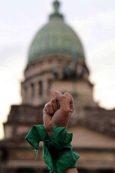 El pañuelo verde, símbolo de la lucha por el derecho al aborto legal. Al fondo, el Congreso Nacional. Feminist Af, Feminist Quotes, Lgbt, Tumblr Backgrounds, The Ugly Truth, We Can Do It, Power Girl, Background Pictures, Powerful Women