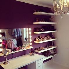 Adoramos no closet da @marielsvestergaard a parede uva. Veja como a cor destaca as prateleiras comuns brancas, usadas para organizar os sapatos. O espelho tipo camarim, com lâmpadas nas laterais, é um objeto de desejo para quem gosta de se maquiar