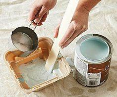 4- PATINE-Vamos preparar a tinta Com a base bem seca, vamos continuar, mas antes vamos preparar nossa aguada. Escolha uma tonalidade diferente da cor já pintada e vá diluindo lentamente em água, até que fique uma tinta bem aguada.