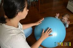 Uma bola de exercício e 5 brincadeiras fantásticas para seu bebê - cris_brincando_bater_com carol