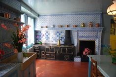 Image from http://giverny-impression.com/gallery/monets-house/monet-kitchen.jpg.