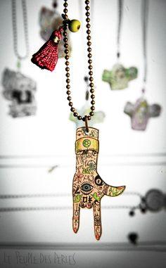 Pendentifs dessinés à la main sur du plastique dingue. Inspiré de symboles et porte bonheur de différentes cultures! Pourquoi se priver? Un seul talisman réunissant protection, sérénité, équilibre, réussite, chance et métamorphose grâce à : L'oeil protecteur, le trèfle à quatre feuilles, le fer à cheval, la boule de billard, le scarabée, le chiffre 7, le chasseur de rêve, le ying et yang, la coccinel, l'éléphant,.... https://www.etsy.com/fr/listing/219438460/collier-main-porte-bonheur