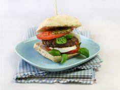Burger med tomat og mozzarella Mozzerella, Ciabatta, Salmon Burgers, Pesto, Ethnic Recipes, Food, Italia, Salmon Patties, Meals