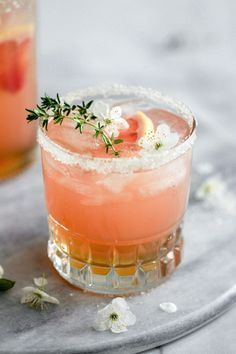 With all the Thyme in the world we d definitely will be making flowersinthesalad s Grapefruit and Thyme Infused Mocktail Cocktails Champagne, Refreshing Cocktails, Summer Cocktails, Cocktail Drinks, Cocktail Recipes, Popular Cocktails, Vodka Martini, Sumo Natural, Bio Food