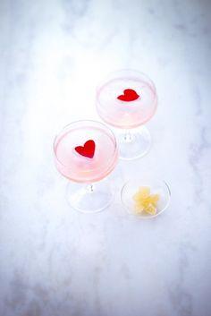 recette st Valentin, cocktail rose, petales de rose en forme de coeur, coeur rouge, pétales de gingembre confit. Marielys-Lorthios-Photographe-France
