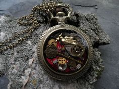 Anhänger in Form einer alten Taschenuhr