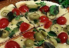 Pizza de tapioca com queijo e tomate-cereja