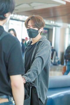 Lee Minho Stray Kids, Lee Know Stray Kids, I Know You Know, Fandom, Kids Icon, Boyfriend Goals, Kpop, Airport Style, Airport Fashion