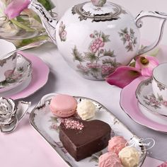 Victoria Platinum is a redesign of the original tea set purchased by Queen Victoria in 1851 World fair at the crystal palace, London.