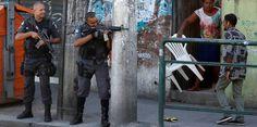 Schwer bewaffnete Polizisten