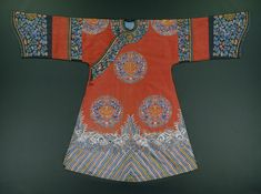 Woman`s robe in red silk with silk embroidery. Design includes roundels of shou character surrounded by floral and cloud motifs. The robe is lined in light blue silk. Chinese Gown, Chinese Art, Dynasty Clothing, Chinese Embroidery, Chinese Clothing, Oriental Fashion, Lifestyle Clothing, Embroidered Silk, China Fashion