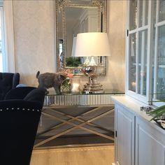 Ha en nydelig kveld kjære følgerne  @classicliving #siennakonsollbord #Brussellampe #Louisvingestol #katt #roser #home #påske # furniture #spisestue