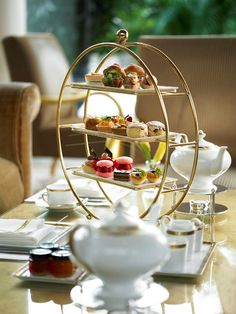Chihuly Lounge in Ritz-Carlton Millenia Singapore offers an indulgent and decadent eight-course afternoon tea set menu. Afternoon Tea Set, Afternoon Tea Parties, Tea Tray, Mothers Day Presents, Küchen Design, Tea Recipes, Food Presentation, High Tea, Tea Pots