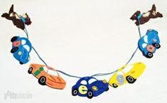 DOGS & CARS FELT BANNER - Guirnalda de fieltro personalizada realizada a mano con detalles bordados.