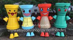 Amigos de Pokemon personajes Pikachu Bulbasaur Charmander Squirtle jardinera olla olla personas jardín de la persona