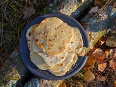 This easy-to-make backcountry bread is the perfect accompaniment to soups and curries. It contains no yeast, so no long waiting for dough rising is needed. Just knead, roll out and fry dry!