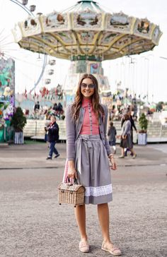 Wiesn Look 2017 – High5-Nina in JAN&INA Trachten. BW Dirndl STehkragen Look altrosa/ grau Look 2017, Midi Skirt, Skirts, Shopping, Fashion, Dusty Pink, Dirndl, Mandarin Collar, Moda