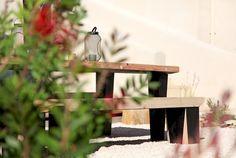 Création originale...En contrebas, un autre espace extérieur permet d'organiser de grands déjeuners estivaux. Il est tout entier centré sur une superbe création signée Jean-Marie et Jérémie Lopez, artiste ébéniste. Après avoir modélisé leur prototype, ils ont travaillé du pin Douglas pour confectionner cette magnifique table au style actuel... et intemporel ! © Elodie Rothan