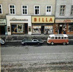 VW Samba Bus and Jaguar E-Type at Äußere Mariahilfer Str. 1150 Vienna - a Billa Supermarket is still there today. Vintage Pictures, Old Pictures, Vw T1 Samba, Split Screen, Good Old Times, Austro Hungarian, Vw Volkswagen, Run Around, Vienna Austria