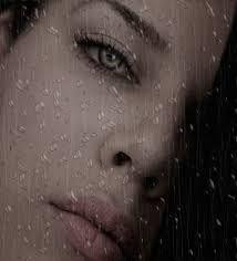 Kopog az eső az ablakon, Bár lenne minden cseppje csókod az ajkamon. Dörög s villámlik,háborog az ég, Nem tudom,meddig bírom nélküled még !