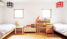 将来は2部屋に分けられるように設計。シンメトリーに配した窓がかわいい表情です。床はパイン材を蜜ろうワックスで仕上げて、肌にやさしく。 Home, Bed, Furniture, House, Building A House, Toddler Bed