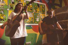 Acústico de Marta y Eric durante la presentación de ROPA TENDIDA/ verano en Chinasky, Lavapiés. https://www.facebook.com/ropatendida/ fotografía@ Natalia Romay