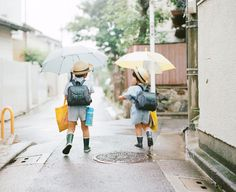 japanese school children on the way or back. in japan, kids walk to the school with a group of children who live nearby or friends unlike parents in the uk give them a lift. photo by Hideaki Hamada. School Photography, Film Photography, Children Photography, Urban Photography, White Photography, Japanese Kids, Japanese School, Japanese Photography, Pose Reference Photo