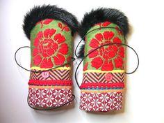 Manchettes, gypsy, bohème, rouge et vert, fourrure , mitaines, manchons : Mitaines, gants par anjes Scarves, Gloves, Detail, Amazing, Winter, Etsy, Fashion, Nu Skin, Arm Warmers