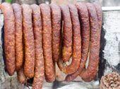 Kiełbasa wiejska wieprzowa Składniki: - 6 kg karkówki wieprzowej - 6 kg łopatki wieprzowej - 1,5 kg tłuszczyków. Przyprawy: - 1,5 g pieprzu czarnego na 1 kg mięsa - 17 g pekolosoli na 1 kg mięsa - 1 g czosnku na 1 kg mięsa Dodatkowo:- Jelita wieprzowe Kadek Wykonanie: Mięso z karkówki pokroić na kawałki wielkości około 3 x 3 cm, zapeklować w przyprawach. Tak samo zrobić z łopatką i tłuszczykami. Odstawić do lodówki na ok. 24 godziny. Następnie mięso rozdrobnić - bardzo chude kawałki mięsa… Homemade Sausage Recipes, Pork Recipes, Polish Recipes, Polish Food, Smoking Meat, Charcuterie, The Cure, Bbq, Sausage Recipes
