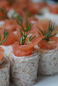 Small rolls with smoked salmon, St Môret, lemon, dill Aperitif Finger Food Appetizers, Finger Foods, Appetizer Recipes, Tapas, Seafood Recipes, Cooking Recipes, Smoked Salmon Appetizer, Brunch, Snacks Für Party