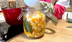 Šetřete čas a naložte si zeleninu do bramborového salátu předem! Mrkev, celer a petržel můžete doplnit ještě o mražený hrášek, který se doporučuje přidat dvě minuty před koncem vaření. S touto nakládanou zeleninou bude váš bramborový salát naprosto famózní. #recept #salat #zelenina #nakladanazelenina #sterilovanazelenina #recipe #vegetable #salad #potatoesalad Mason Jars, Canning Jars, Glass Jars, Jars, Mason Jar