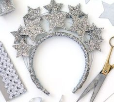 diy headband Crowns and tiaras are perfect for fancy dress and birthday parties. Check out our list of 40 DIY crown and tiaras that you can create for your next party. Diy Tiara, Diy Carnaval, Fun Crafts, Diy And Crafts, Fabric Crown, Birthday Girl Dress, Diy Birthday Tiara, Birthday Nails, Satin Ribbon Roses