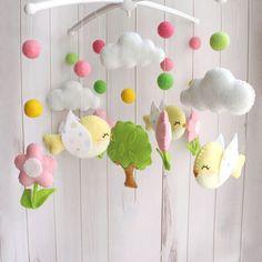 Уникальный детский мобиль в кроватку новорожденному Весна – подвесная интерактивная игрушка, на крестовине подвешены яркие птички, цветы, шарики и белые облака. Материал игрушек гипоаллергенный. Отдельно можно приобрести кронштейн и муз. элемент. Творческая идея, ручная работа, эксклюзивное ис