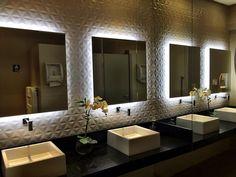 Dia de visitar obra pronta! Banheiro Feminino com destaque para o efeito da iluminação embutida no espelho sobre o porcelanato 3D da Cerâmica Portinari. Adoramos o resultado! cuba sobrepor, bathroom, bano, torneira de parede, parede decorada, relevo.