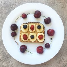 Snack pm: tostada integral con mantequilla de maní + plátano + arándanos + frutillas y una rueda de cerezas ✌️⚡️