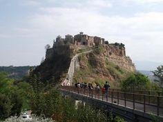 """イタリアの""""最も美しい村""""の一つ、天空の町チヴィタ・ディ・バーニョレッジョ"""