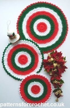 Free crochet pattern for three different sized hot mats, I have made them in Christmas colours, but if you make them in other shades they can be used all year round. http://www.patternsforcrochet.co.uk/trio-mats-usa.html #patternsforcrochet #freecrochetpatterns