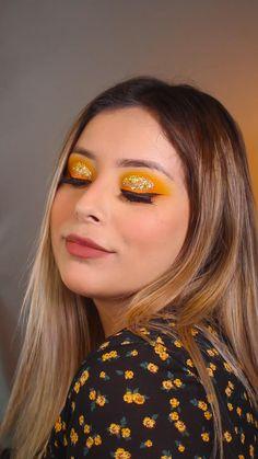 Nada más cálido y llamativo que un maquillaje hermoso en color amarillo, un color que, sin duda, nos llena de buena vibra. Aprovecha el verano para presumir este maquillaje espectacular con un toque brillante. Eye Makeup Art, Daily Makeup, Makeup Inspo, Makeup Inspiration, Yellow Makeup, Yellow Eyeshadow, Eyeshadow Looks, Soft Makeup Looks, Rainbow Makeup