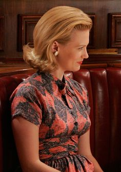 Love all the Betty Draper outfits from season 1 of Mad Men. 1960 still had that lush style. January Jones isn't as beautiful as Grace Kelly was, but she's pretty darn close, and styles look gorgeous on her. Don Draper, Betty Draper, Mad Men Fashion, Fashion Tv, Fashion Ideas, Bob Short, Grace Kelly Style, Ladylike Style, 1950s