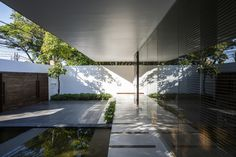 Plant-lined courtyards separate the three single-storey volumes that form this house designed by MIA Design Studio for a coastal city of Vietnam Indoor Outdoor, Outdoor Living, Outdoor Decor, Futuristisches Design, Design Studio, Minimalist Architecture, Modern Architecture, Studio 21, Studio Floor Plans