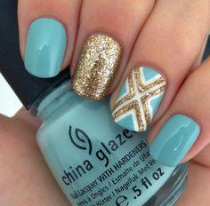 Uñas de color azul agua con brillos dorados